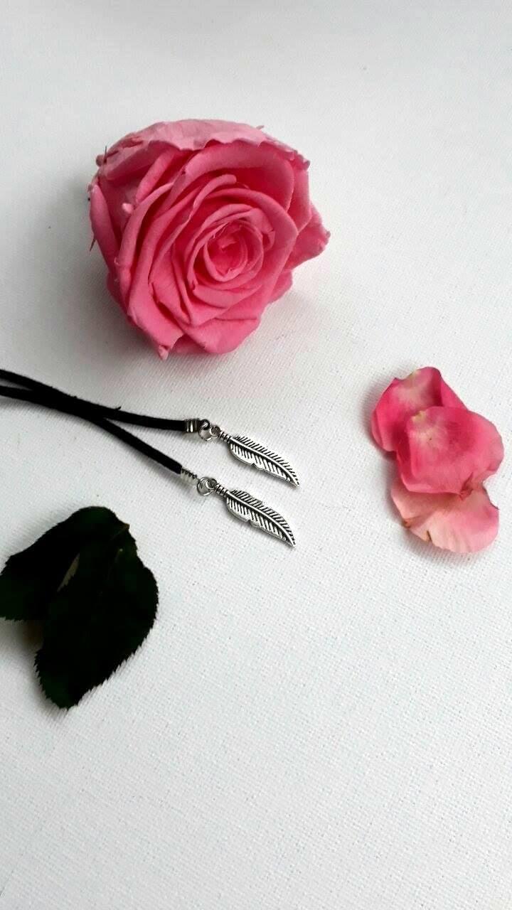 collier lacet plume